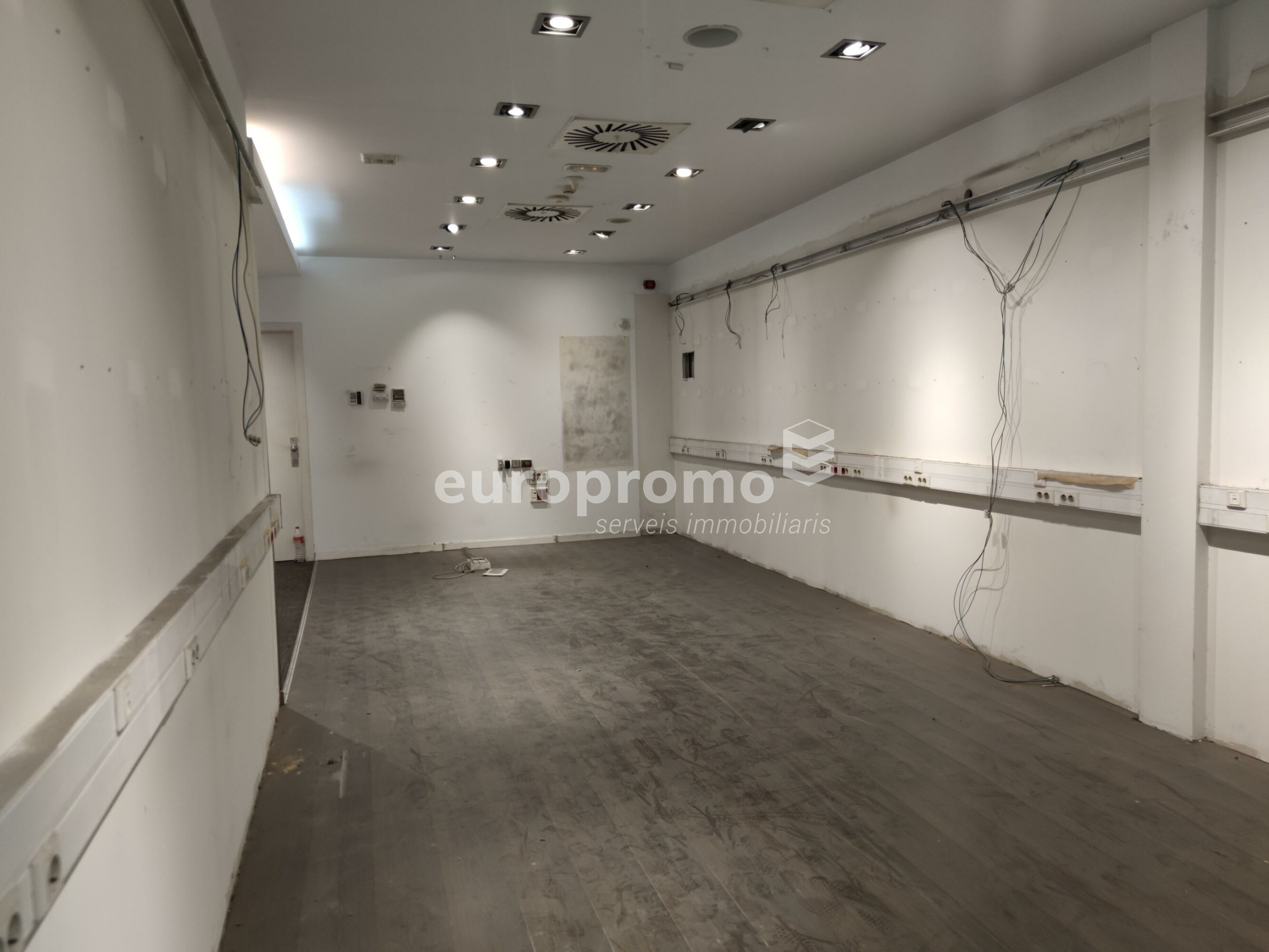 Fantàstic local de 78 m² situat a primera línia i millor zona comercial de la ciutat!