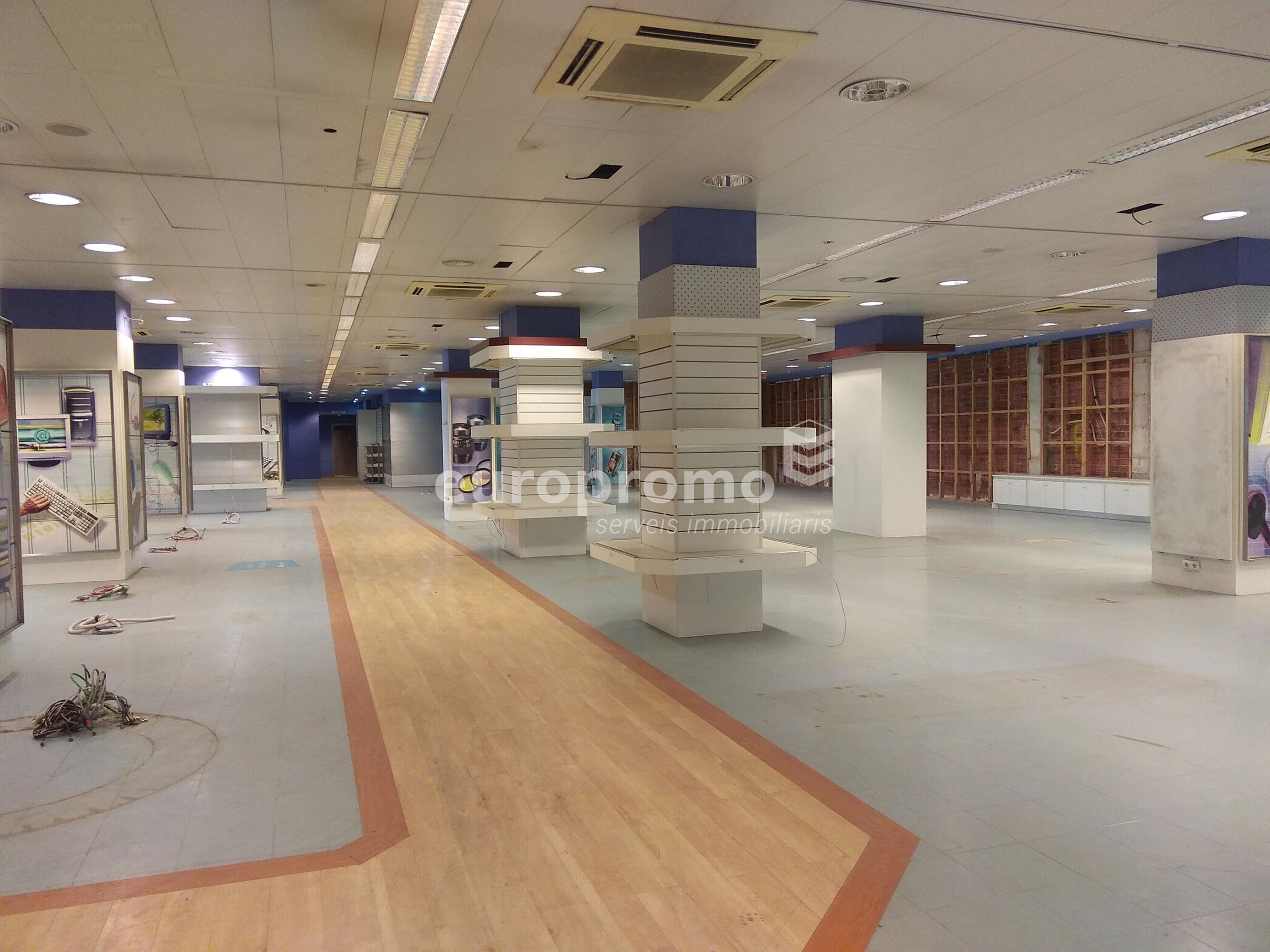 Local comercial de 600m² situat a la carretera Barcelona!