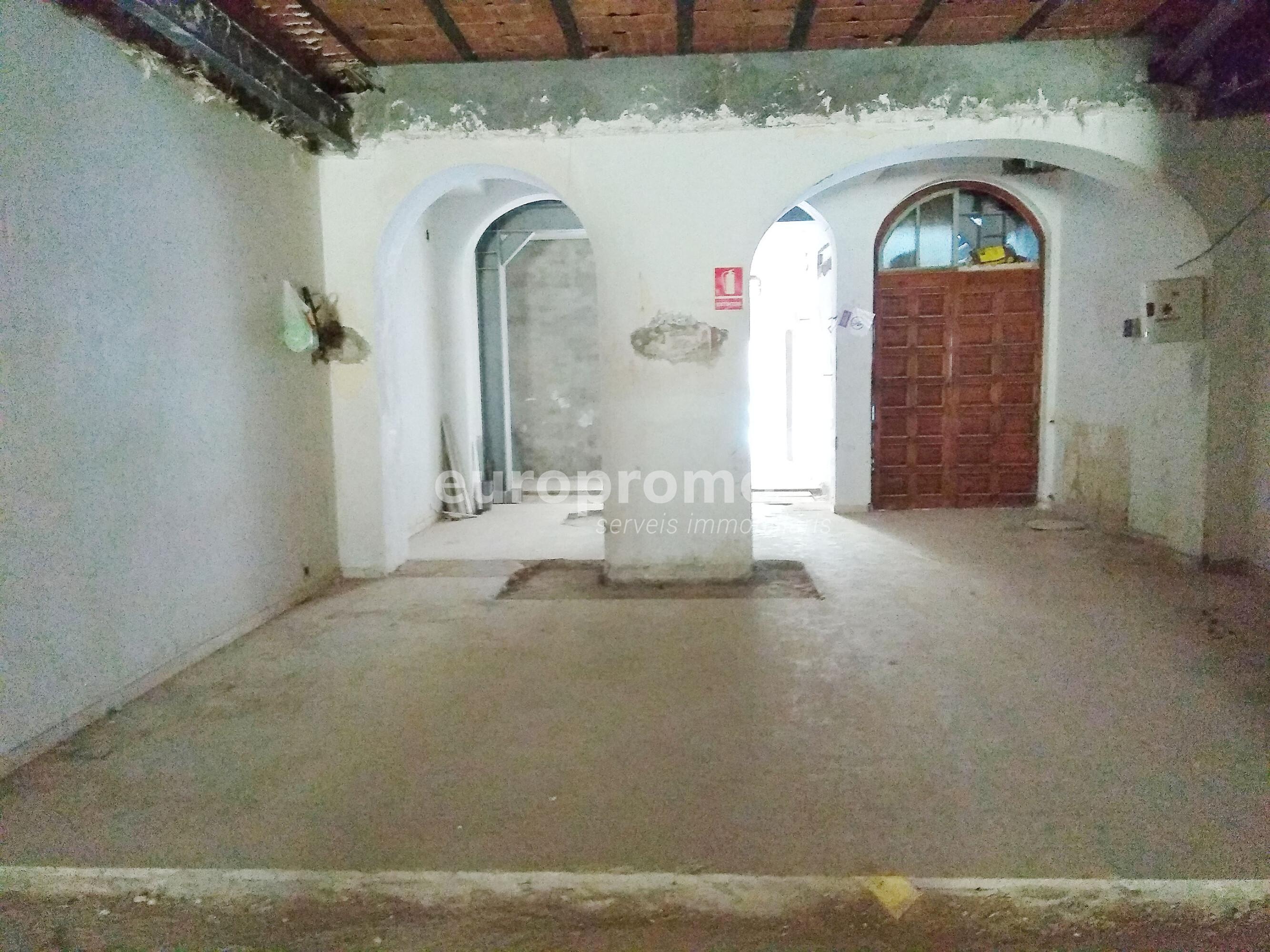 Local de 158 m² amb sortida de fums i pati al centre de Girona!